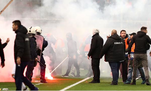 Καρέ-καρέ η εισβολή των οπαδών στο φινάλε του ντέρμπι Ολυμπιακός-ΑΕΚ (photos)