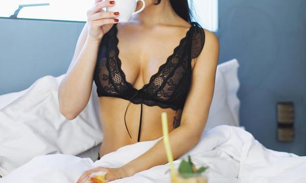 Ελληνίδα ηθοποιός με καυτά εσώρουχα στο κρεβάτι της!