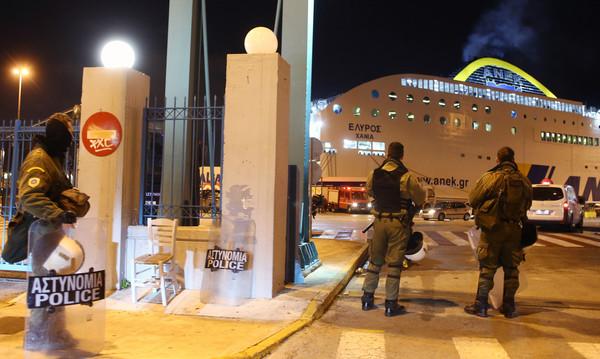 Εικόνες από τα επεισόδια στο λιμάνι του Πειραιά (photos)