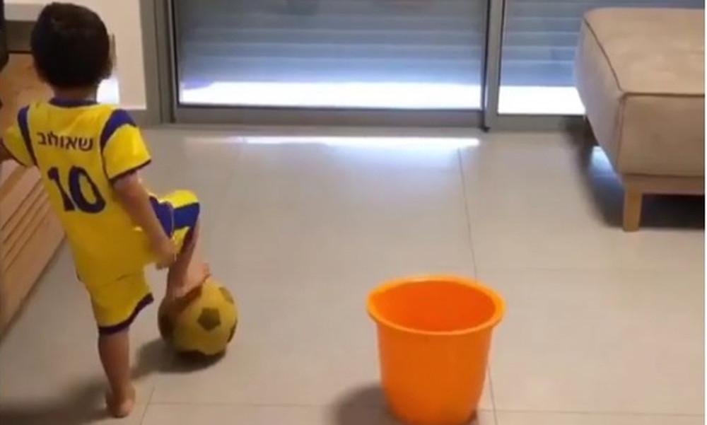 Απίστευτο! Αυτός ο μπόμπιρας βάζει γκολ με κάθε τρόπο! (video)