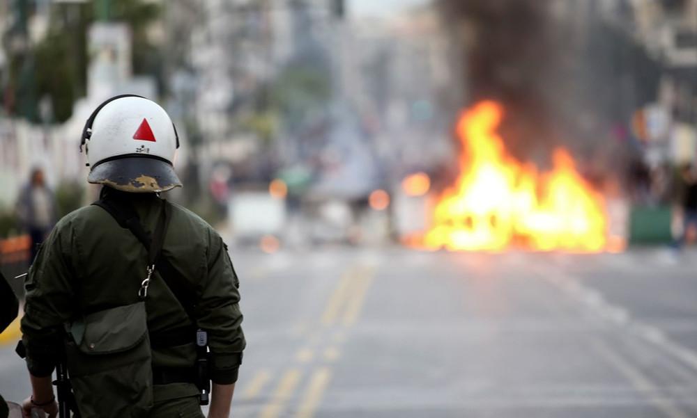 Ολυμπιακός: Σοβαρά επεισόδια οπαδών με ΜΑΤ λόγω... Τσακαλώτου στον Πειραιά (photos)