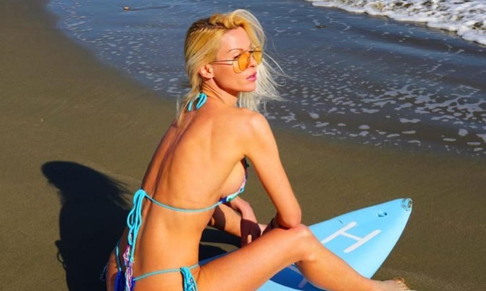 Ελληνίδα μάνα κολάζει με καυτό κορδόνι στην παραλία!