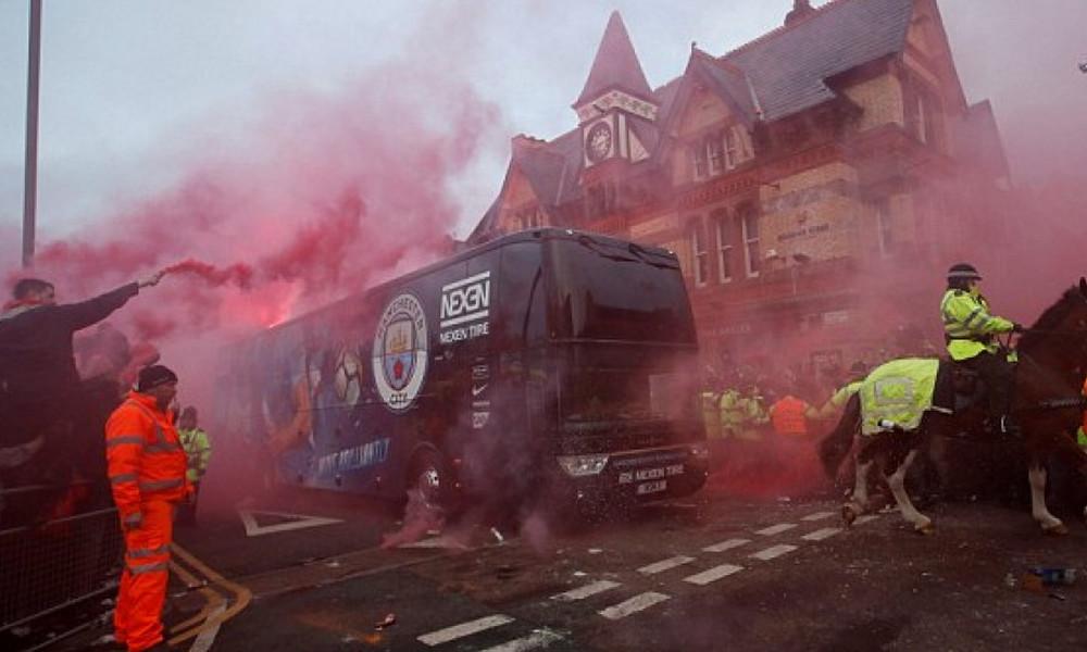 Χαμός στο Άνφιλντ: Οπαδοί της Λίβερπουλ «διέλυσαν» το πούλμαν της Σίτι! (videos)