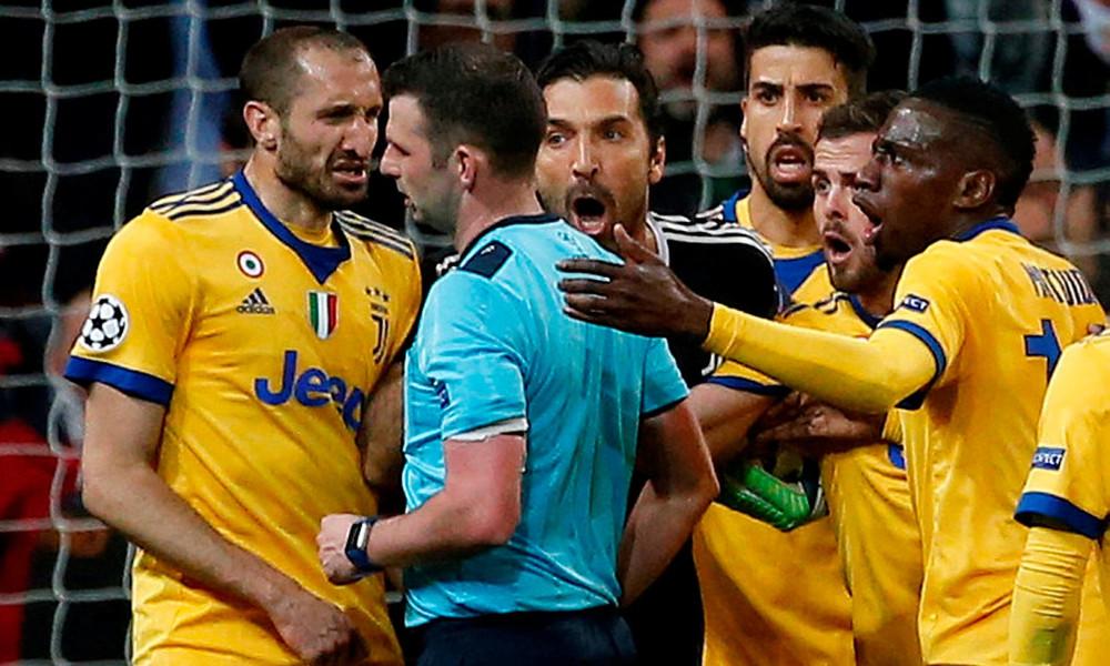 Επικό! Ο διαιτητής πανηγυρίζει με τους παίκτες της Ρεάλ Μαδρίτης! (video)