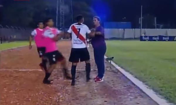 Επικό! Ποδοσφαιριστής πλάκωσε τον προπονητή γιατί έγινε αλλαγή! (video)
