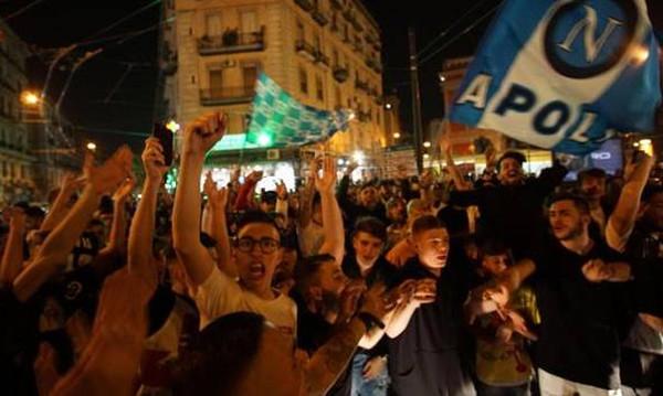 Νάπολι: Βγήκαν στους δρόμους για το «διπλό» με Γιουβέντους (video)