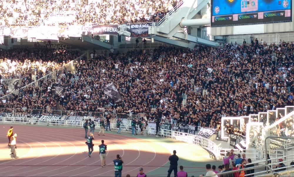Τελικός Κυπέλλου: Ένταση στο ΟΑΚΑ - Έριξαν φωτοβολίδες και έκαναν «ντου» οι οπαδοί του ΠΑΟΚ (pics)