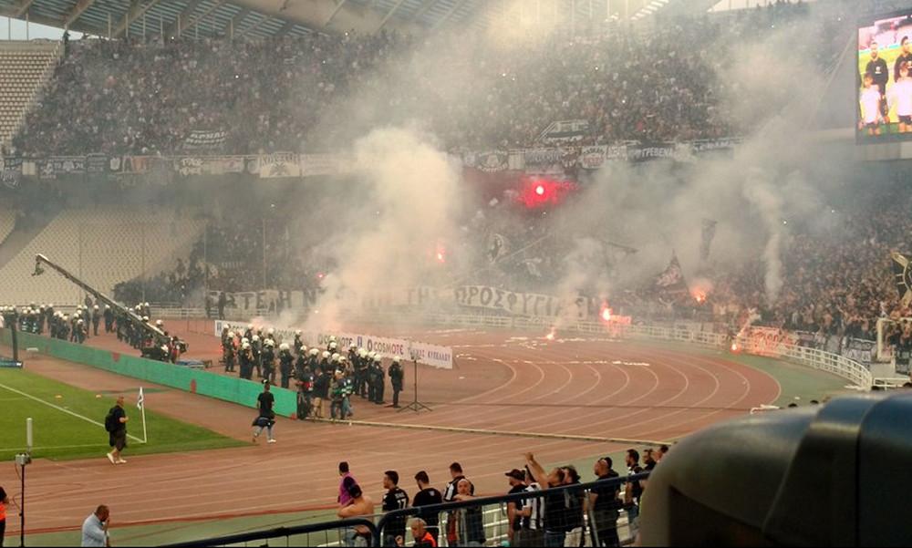 Τελικός Κυπέλλου: Αποπνικτική η ατμόσφαιρα από καπνογόνα - «Μπούκαραν» στην τάφρο οπαδοί του ΠΑΟΚ