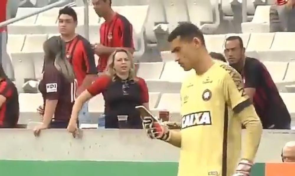Απίθανος τερματοφύλακας με κινητό την ώρα του αγώνα (video)