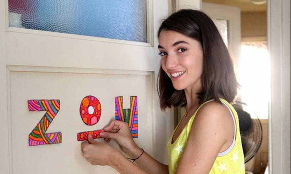 Σοφίνα Λαζαράκη: Δείτε την να παίζει κιθάρα ολόγυμνη στο κρεβάτι της