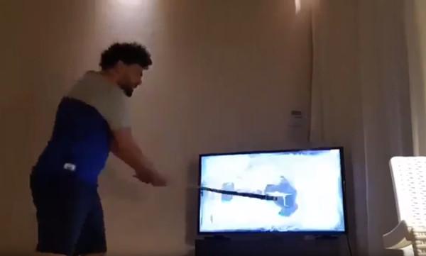 Τρομερό! Οπαδός της Μαρσέιγ διέλυσε την τηλεόραση μετά τον τελικό (video)