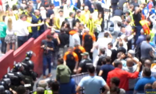 Euroleague τα βλέπεις; Βροχή αντικειμένων από  οπαδούς της Φενέρ στους διαιτητές του τελικού (video)