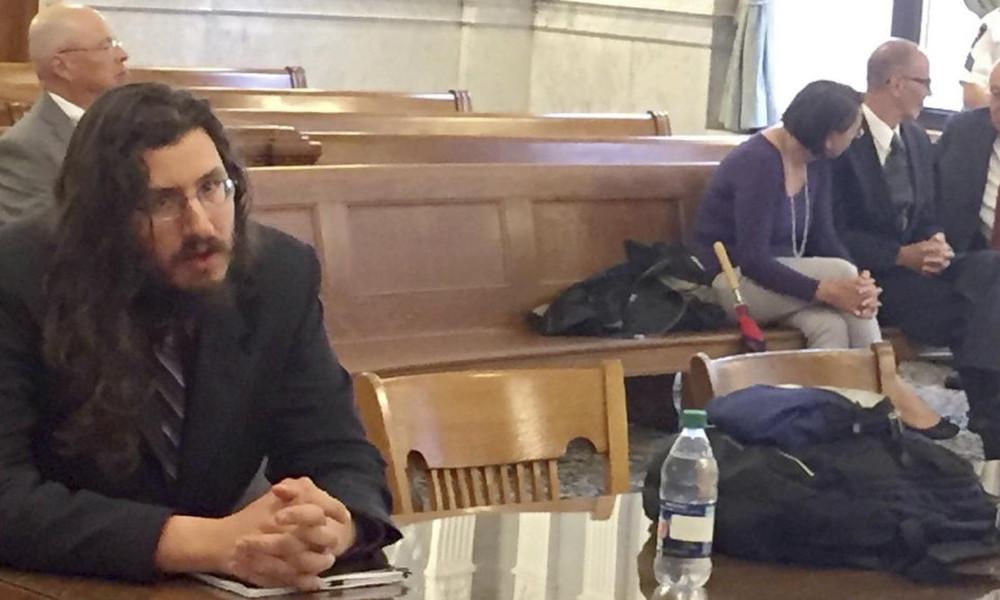 30χρονος αδερφός ΑΡΝΕΙΤΑΙ να φύγει από το πατρικό και οι γονείς του τον τρέχουν στα Δικαστήρια