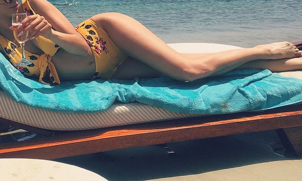 Σαμπάνια... ηλιοθεραπεία και βουτιές σε παραλία της Μυκόνου