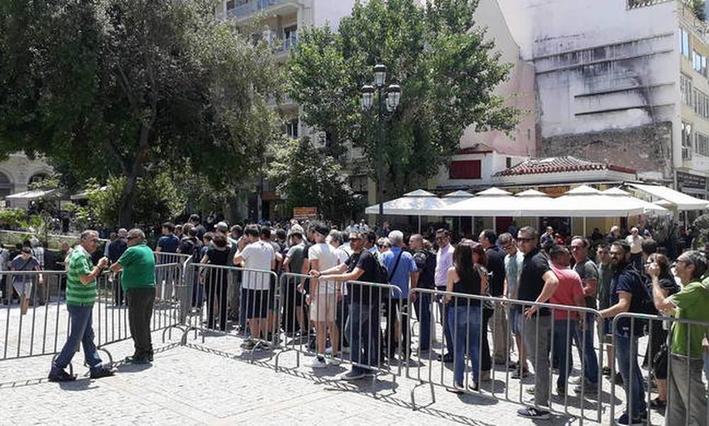 Πλήθος κόσμου στη Μητρόπολη Αθηνών απέτισε φόρο τιμής στον Παύλο Γιαννακόπουλο (photos+videos)