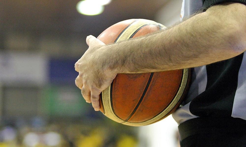 Απίστευτο ξύλο σε αγώνα μπάσκετ στις ΗΠΑ: Παίκτες έδειραν τους διαιτητές
