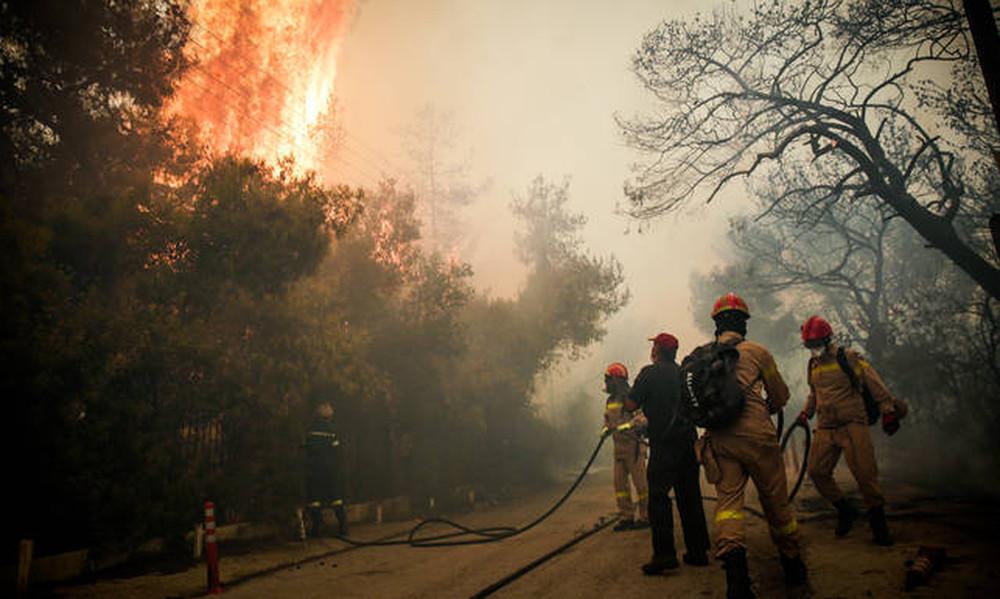 Φωτιά στην Κινέτα: Εγκλωβισμένη στις φλόγες τετραμελής οικογένεια
