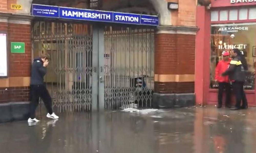 Είναι κι αυτός ένας τρόπος να περάσεις στο απέναντι πεζοδρόμιο αν πλημμυρίσει ο δρόμος (video)