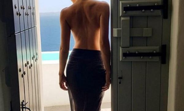 H topless φωτό της παρουσιάστριας στη Σαντορίνη