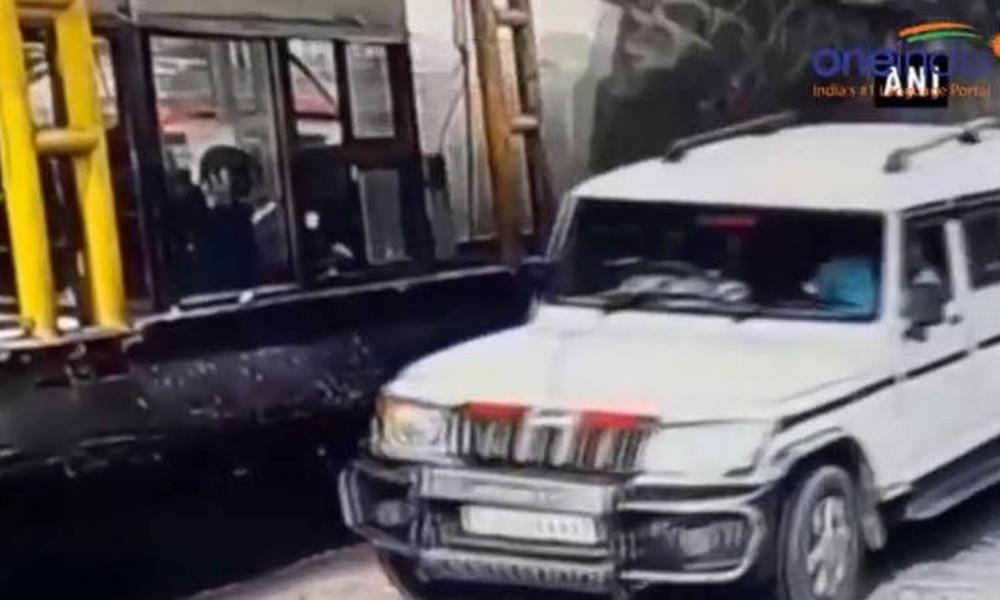 Τρομακτικό τροχαίο: Φορτηγό φορτωμένο με μπύρες πέφτει πάνω σε σταθμό διοδίων (vid)