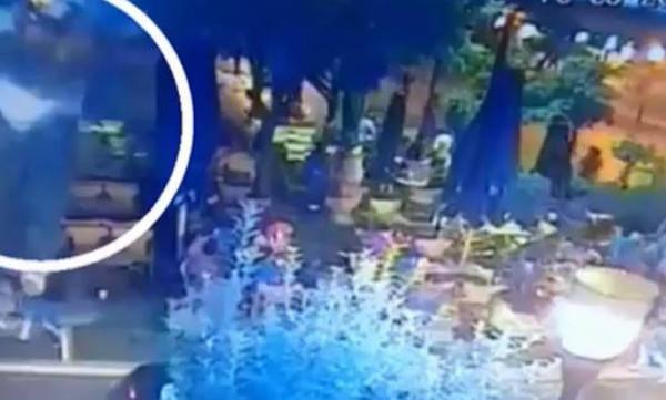 Βίντεο - ντοκουμέντο: Η στιγμή που φωτοβολίδα χτυπά τη 19χρονη στο Αγρίνιο