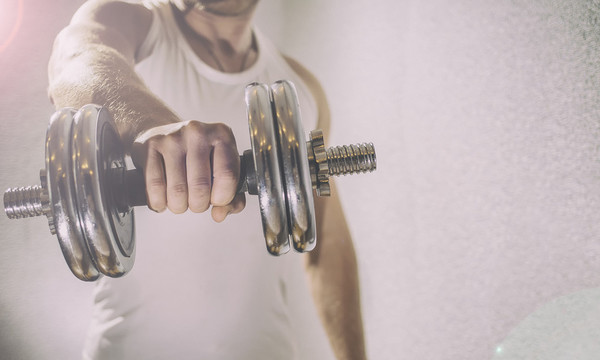 6 ασκήσεις μόνο με αλτήρες για να κάψεις λίπος και να δυναμώσεις
