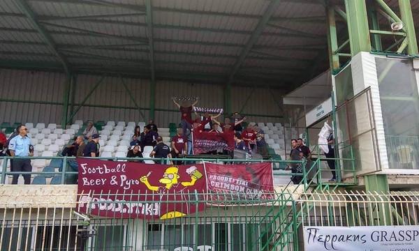 Η ομορφιά του ποδοσφαίρου: Αγκαλιασμένοι οπαδοί αντίπαλων ομάδων στη Γ' Εθνική (photo)