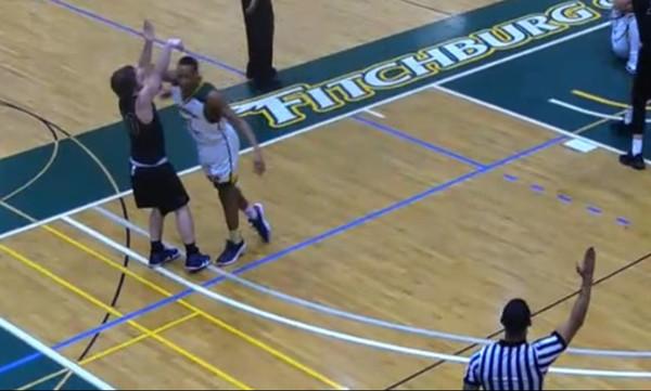 Πόση σαπίλα: Δολοφονικό χτύπημα σε κολεγιακό μπάσκετ! (vid)