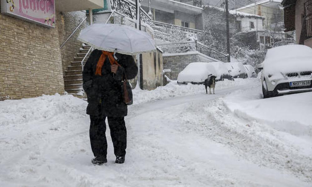 Κακοκαιρία: Ο χιονιάς «χτυπά» την Ελλάδα – Ποιες περιοχές «ντύθηκαν» στα λευκά