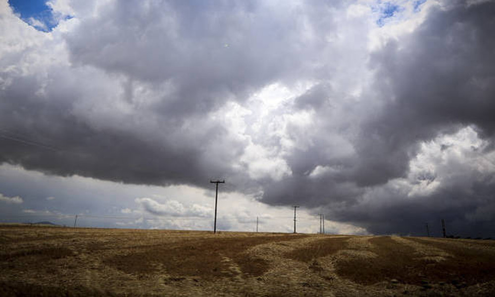 Καιρός: Με βροχές, καταιγίδες και νέα άνοδο της θερμοκρασίας η Τρίτη (pics)