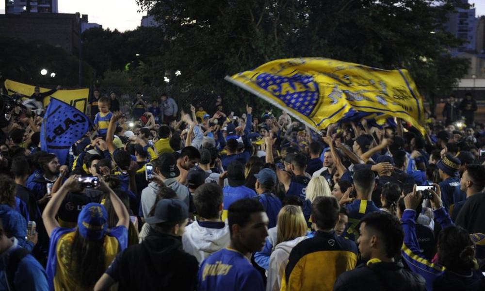 Χιλιάδες οπαδοί της Μπόκα συνόδεψαν την αποστολή στο αεροδρόμιο για τη Μαδρίτη (video)