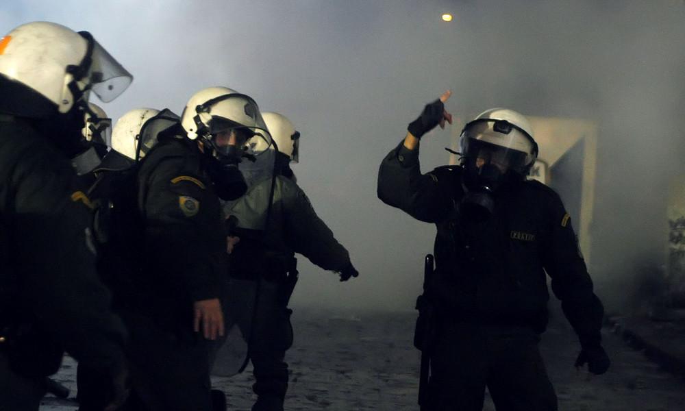 Άγρια επεισόδια με τραυματίες αστυνομικούς στη Νέα Σμύρνη