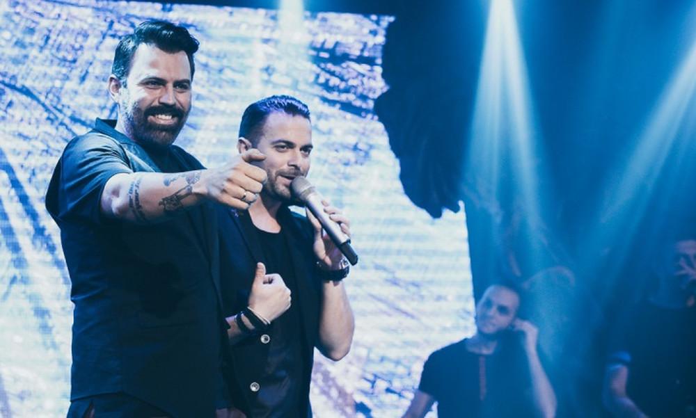 Ηλίας Βρεττός: Συνεχίζει τις sold out εμφανίσεις του και τις γιορτές- Δείτε ποιοι διασκέδασαν παρέα