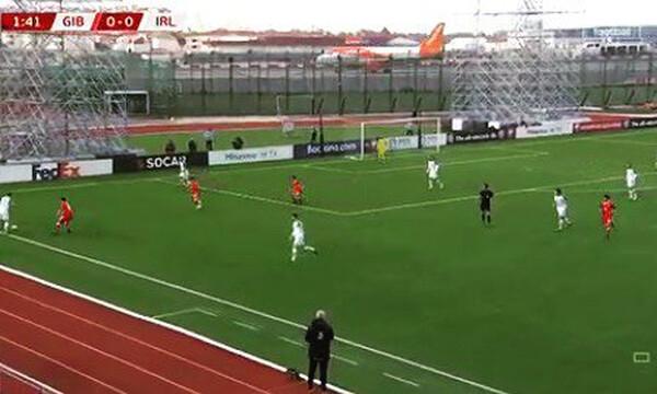 Απογείωση αεροπλάνου δίπλα σε γήπεδο την ώρα του αγώνα (video)