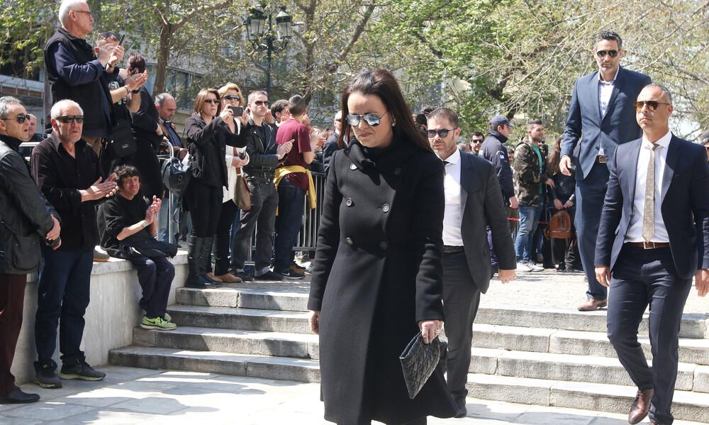 Έφτασε στη Μητρόπολη η κόρη του Θανάση Γιαννακόπουλου, Κατερίνα (videos)