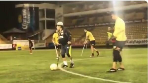 Το άλλο πρόσωπο του Μαραντόνα: Έπαιξε ποδόσφαιρο με πατερίτσες (video)