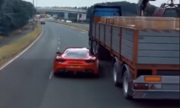 Επικ?! ?τσι ξεφε?γει απ? περιπολικ? μ?α Ferrari! (video)