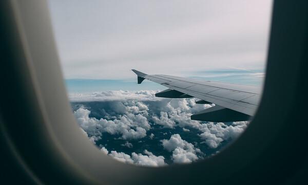 Κοίταξε έξω από το παράθυρο του αεροπλάνου - «Πάγωσε» με αυτό που είδε (pics)